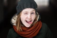 被编织的冬天盖帽微笑的嬉戏的妇女 库存照片