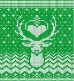被编织的冬天鹿绿色背景 图库摄影