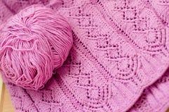 被编织的工艺品编织的毛线衣o桃红色细节  免版税库存图片