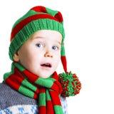 被编织的布料的圣诞节男孩唱圣诞节歌曲 免版税库存图片