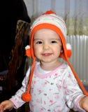 被编织的帽子的小女婴 免版税库存图片