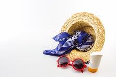 被编织的帽子,红色太阳镜,有身体化妆水的围巾 免版税库存照片