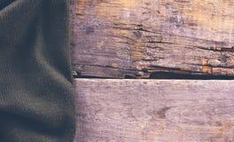 被编织的格子花呢披肩,在老木板的毛线衣 图库摄影
