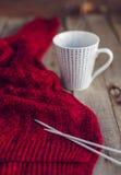 被编织的毛线衣和茶 免版税库存照片