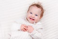 被编织的毯子的女婴 免版税库存图片