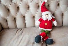 被编织的玩具圣诞老人 免版税库存图片