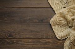 被编织的白色弄皱了在木背景的毯子与拷贝空间 库存照片