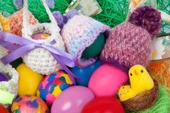 被编织的盖帽和篮子复活节的 免版税库存图片