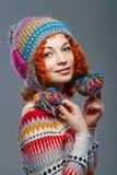 被编织的盖帽的女孩 免版税库存照片