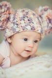 被编织的盖帽的逗人喜爱的新出生的女婴有横痃的 库存照片