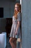 被编织的礼服的美丽的妇女 免版税库存图片