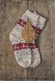 被编织的羊毛袜子和橡木叶子 库存图片
