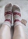 被编织的羊毛袜子和橡木叶子 库存照片