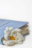 被编织的花和书 库存照片