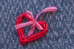 被编织的表面上的柳条心脏 免版税图库摄影