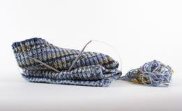 被编织的围巾由羊毛螺纹制成 免版税库存照片