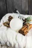 被编织的围巾,桂香,在木背景的杉木锥体 免版税库存图片