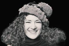 被编织的滑稽的帽子的年轻美丽的妇女 库存图片