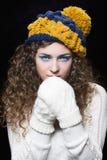 被编织的滑稽的帽子的年轻美丽的妇女 免版税库存图片