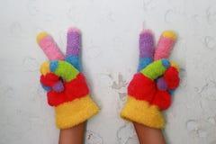 被编织的children& x27; 与五颜六色的条纹的s手套 图库摄影