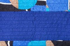 被缝的被弄皱的蓝色丝织物和补缀品 免版税库存照片