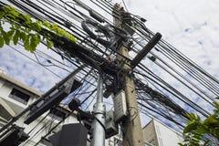 被缠结的和杂乱电缆在曼谷市,泰国 库存图片