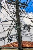 被缠结的导线坏缆绳管理 库存图片