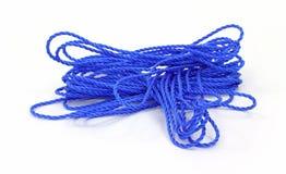 被缠结的蓝色绳索 库存照片
