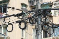 被缠结的输电线在迅速发展的上海 库存图片
