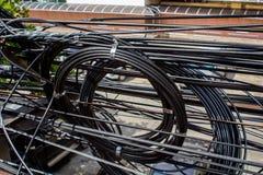 被缠结的和杂乱电缆 免版税库存照片