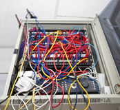 被缠结的导线在电视台的服务器屋子里 库存照片
