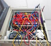 被缠结的导线在电视台的服务器屋子里 免版税库存照片