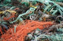 被缠结的网和绳索在海滩 库存图片