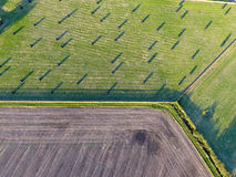 被耕的和草地鸟瞰图 图库摄影