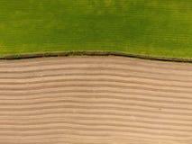 被耕的和草地鸟瞰图 库存照片