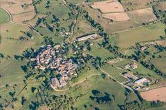 被耕的土地、路和私有房子俯视图  免版税库存图片