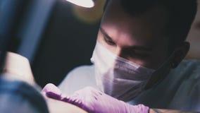 被聚焦的人纹身花刺大师 影视素材