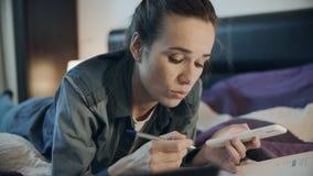被聚焦的女商人在家与电话和文件一起使用 股票视频