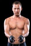 被聚焦的肌肉的举行一条绳索在他的手上 免版税库存照片