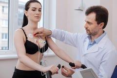 被聚焦的训练的心脏科医师连接的电极 免版税图库摄影
