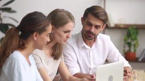 被聚焦的雇员小组作业一起使用合作在办公室的膝上型计算机 影视素材