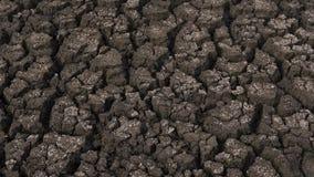 被脱水的土壤显示镇压的和干燥由于影响农田的天旱,在不足的降雨雪以后 免版税库存照片