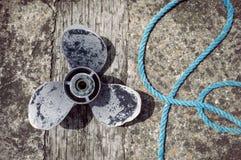 被腐蚀的小船推进器和绳索 库存图片