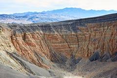 被腐蚀的峭壁和被暴露的地层在死亡谷 免版税库存照片