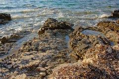 被腐蚀的石灰石在亚得里亚海的海岸晃动 免版税库存图片