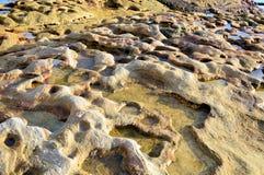 被腐蚀的砂岩岩石壁架 库存照片