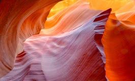 被腐蚀的砂岩岩石的充满活力的颜色在槽孔峡谷,羚羊的 库存照片