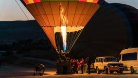 被膨胀与火的一个大热空气气球的细节在黎明 库存图片