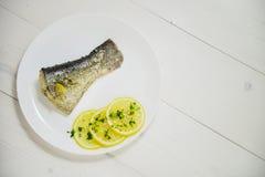 被蒸的三文鱼用新鲜的草本和柠檬 库存图片