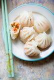 被蒸的大虾粤式点心 大虾&东方菜在米酥皮点心蒸了 库存图片